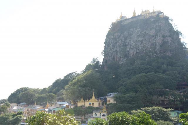チャウパダウンは山の上にあるパゴダ(仏塔)が有名で、観光客にも人気=2017年10月