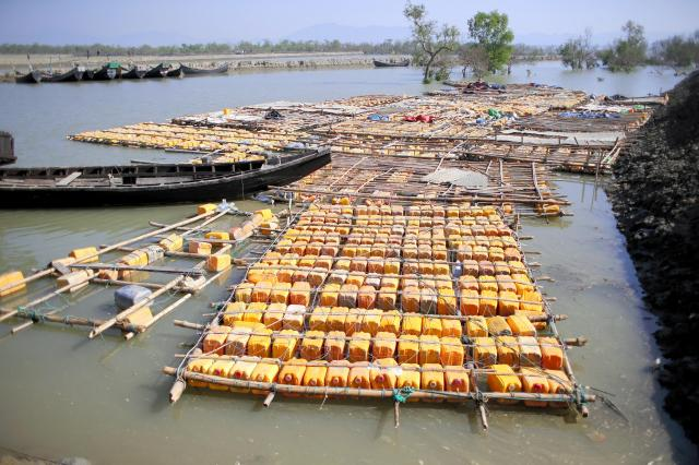 ミャンマー西部ラカイン州からバングラデシュに逃げるイスラム教徒ロヒンギャたちは、ポリタンクや竹でできたいかだで、時には1日以上かけて国境の河を渡るという=2017年11月