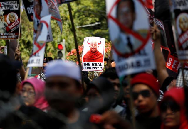 多数のイスラム教徒が住むインドネシアでは、過激派仏教徒団体の中心、ウィラトゥ師の写真を掲げた人たちが、イスラム教徒ロヒンギャへの迫害に反対するデモがあった=2017年9月