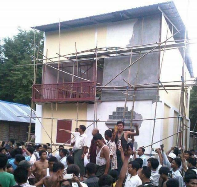 ミャンマー中部チャウパダウン地区で7月に起きた「モスク取り壊し」事件。実は映像編集スタジオだった。村人ら数千人が建物を取り囲み、「壊せ」などと叫んだという=2017年7月27日
