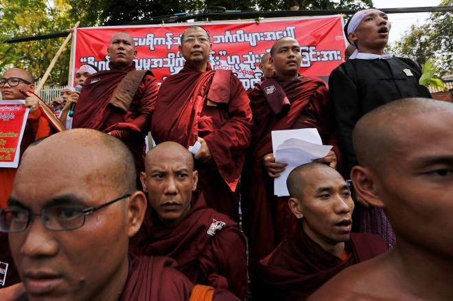 ミャンマーの首都ヤンゴンで2016年4月、イスラム教徒ロヒンギャの問題で米国に反対するデモをする仏教僧ら