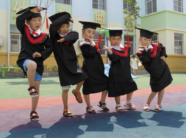 幼稚園の卒園式でおどける子どもたち=中国・河南省 ※写真はイメージです