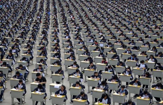 屋根のない校庭で試験を受ける子どもたち=中国・陝西省 ※写真はイメージです