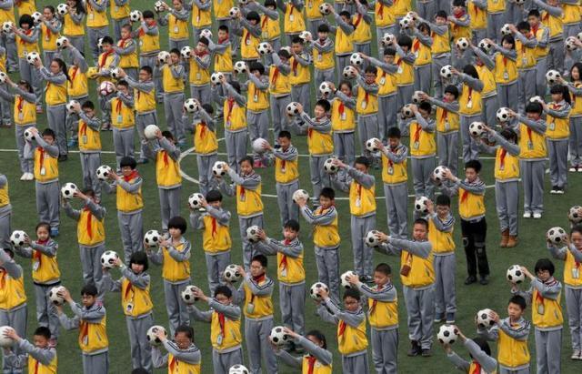 サッカーボールを使った朝の運動をする子どもたち=中国・浙江省 ※写真はイメージです
