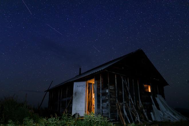早稲田大学探検部「カムチャツカ遠征隊」のベースキャンプとなった小屋。夜は満天の星空が広がっていた=2017年8月24日