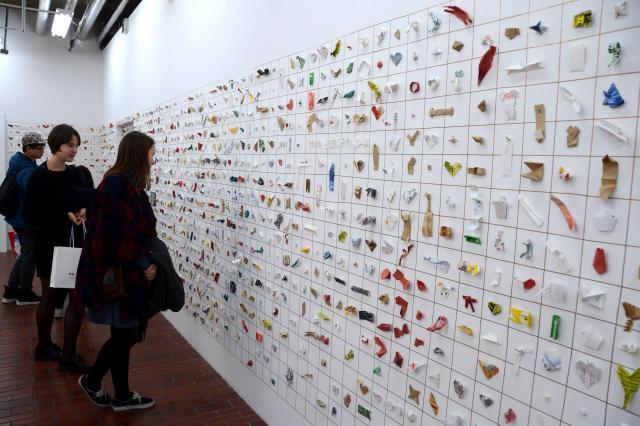壁一面に展示された箸袋の造作物