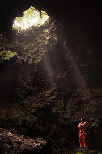 洞窟探検する井上一星さん=2015年6月14日、山梨県富士河口湖町