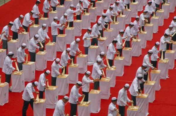 2007年に甘粛省蘭州市であった蘭州ラーメンのイベントでは、職人がずらりと並んで麺をのばす技術を披露した