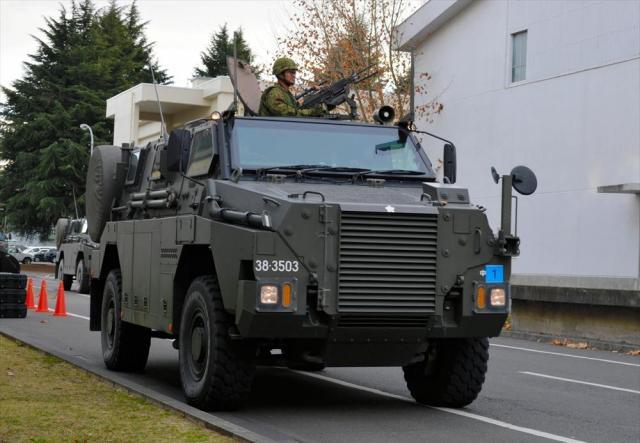 退避する在外邦人役の人たちを乗せた陸自の輸送防護車MRAPが到着した=埼玉県狭山市の空自入間基地