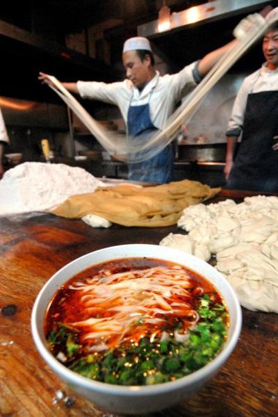 中国の蘭州ラーメン屋では麺をのばす職人の姿がみられる=2007年1月4日、中国甘粛省蘭州市、荒井聡撮影