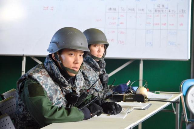 邦人保護訓練の退避統制センターで指揮官に状況を伝える陸自隊員=埼玉県狭山市の空自入間基地