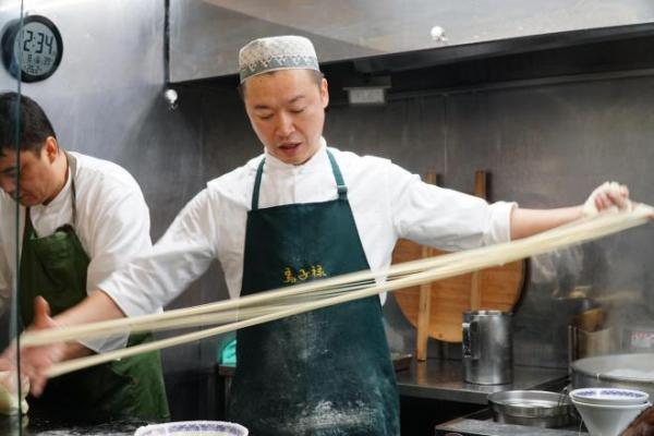 麺をのばす清野さん=東京都千代田区、西山明宏撮影