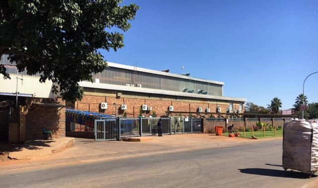 南アフリカの首都・プレトリアにある工場。ここで働く社員はストリートチルドレンやホームレスに食事を提供するボランティア活動もしている。