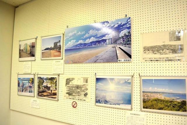 原画展では、鴨川の風景写真とアニメの背景画が飾られていました
