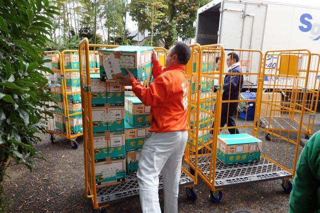 2015年10月29日、鴨川に段ボール約140箱分の原画が移設されました