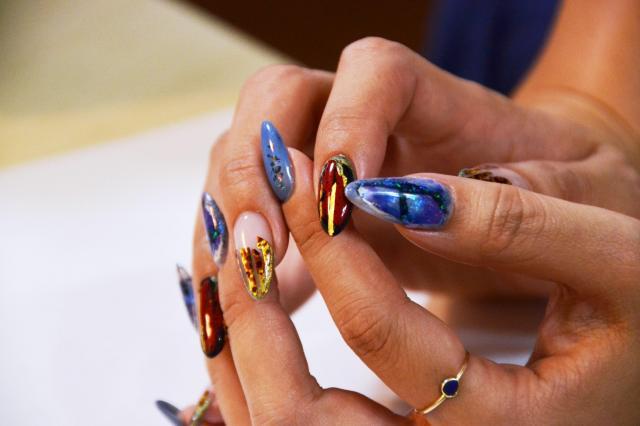 右手の爪が漆を使ったネイルアート=名古屋市中区