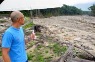 父のログハウスがあった場所を眺める男性=2017年8月9日、北海道清水町