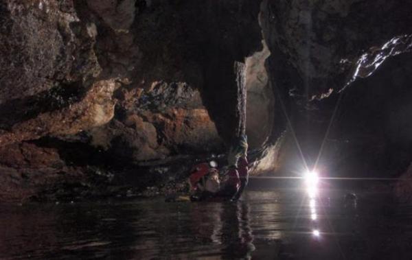 インドネシア・カリマンタンでの洞窟調査=2010年8月
