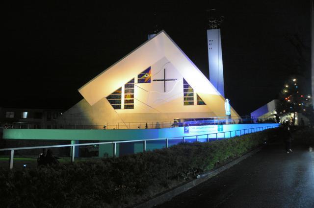 青色にライトアップされた山口サビエル記念聖堂