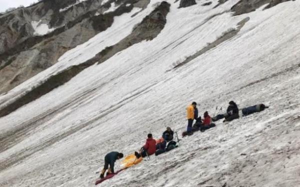 雪山に備え、長野県の白馬岳で事前訓練を行った=2017年6月18日