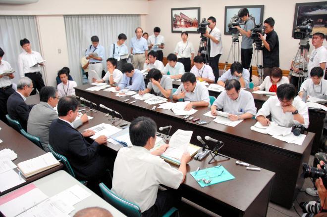 採用取り消しについて説明する大分県教委の記者会見には大勢の報道陣が集まった=2008年8月29日
