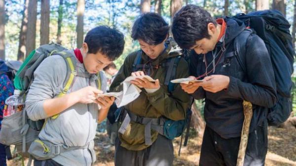 地形図を読む「読図訓練」。探検部員に必須の技術だ=2017年11月11日
