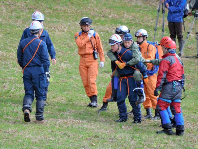 クマとの遭遇を想定した救助訓練=2017年4月27日、秋田県鹿角市