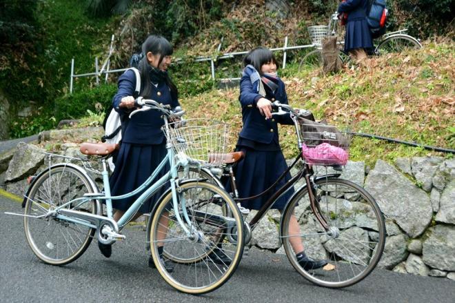 ロココを押して下校する高校生=松山市