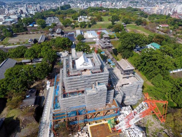 復旧工事が進む熊本城大天守。右は小天守=2017年10月8日、熊本市中央区、ドローンで小宮路勝撮影