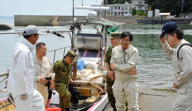 漁を視察した防衛省幹部ら=2017年6月13日、太良町大浦