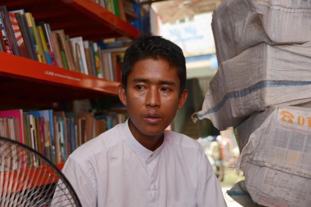 毎日のように多数の本が図書館に寄付される。一つ一つ、丁寧にお礼を言っているという=2017年10月、ミャンマー・ヤンゴン