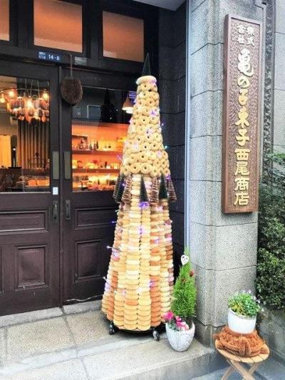 亀の子束子本店に設置された「たわしで作ったクリスマスツリー」
