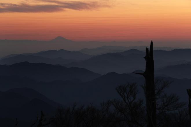 正木峠の夜明け。約270キロ離れた富士山(左奥)がくっきりと見えた=奈良、三重県境の大台ケ原、2017年10月