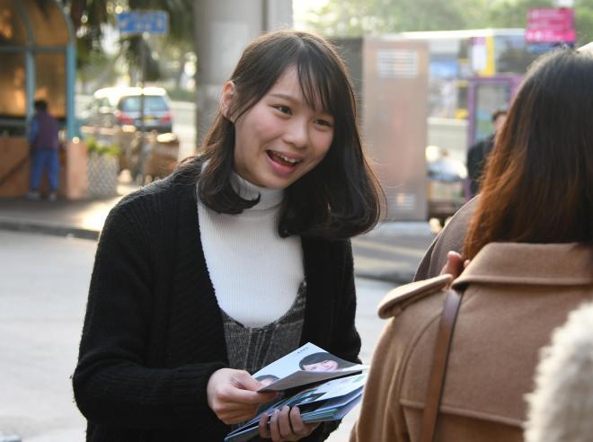 通勤客にビラを配るアグネス・チョウさん=2017年12月15日、香港、益満雄一郎撮影
