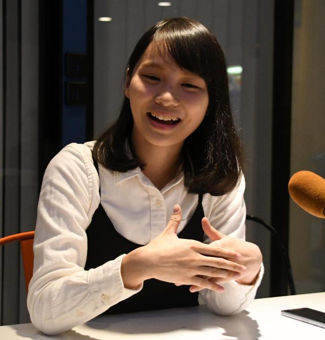 インタビューの際に笑顔をみせるアグネス・チョウさん=2017年12月8日、香港、益満雄一郎撮影