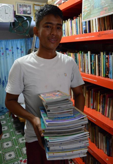 ゾーゾーさんにリクエストをきいて、マンガなどを寄付した。どんな人に読んでもらえるか、楽しみ=2017年12月、ミャンマー・ヤンゴン