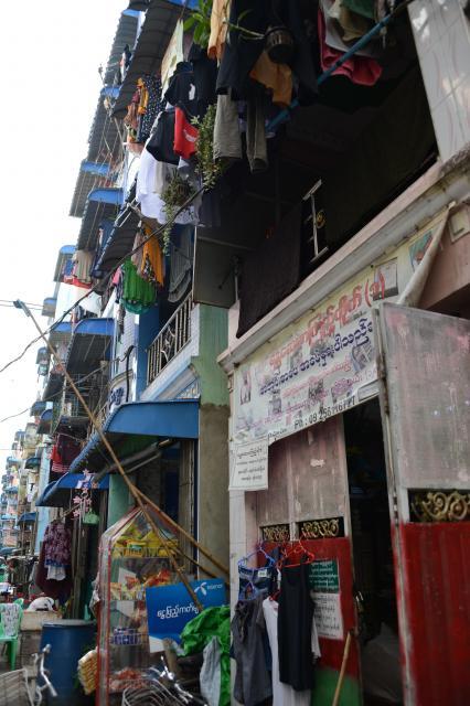 ゾーゾーさんの図書館が入る建物(右端)。2階は普通の民家。初めて来たらとても図書館とはわからない……=2017年12月、ミャンマー・ヤンゴン