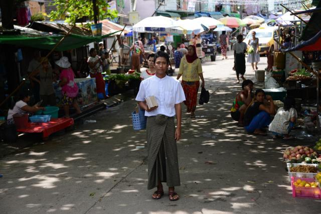 テレビのニュースなどにも出て、地元でも有名人のゾーゾーさん。様々な人から「がんばって」などと声をかけられるという=2017年10月、ミャンマー・ヤンゴン