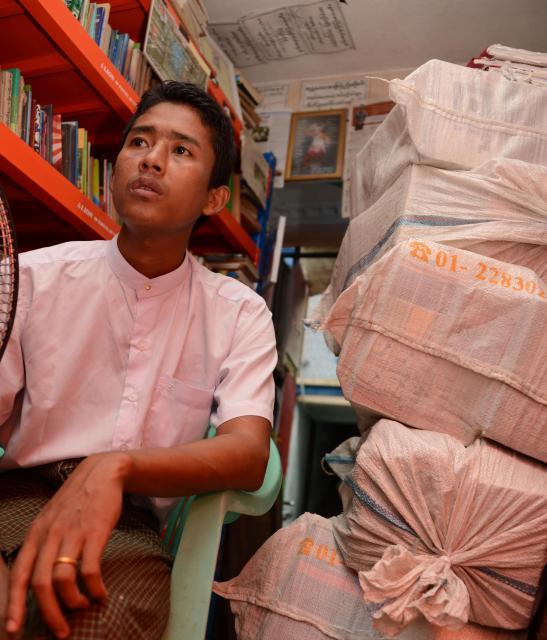 寄付される本の包みを開けるときも楽しみだという。「この本はどんな人が読むか、想像すると楽しい」とゾーゾーさん=2017年10月、ミャンマー・ヤンゴン