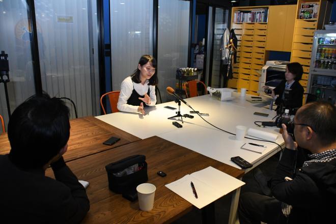 日系メディアの共同取材に応じるアグネス・チョウさん=2017年12月8日、香港、益満雄一郎撮影