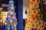 たわしで作ったクリスマスツリー。左はライトアップされた様子