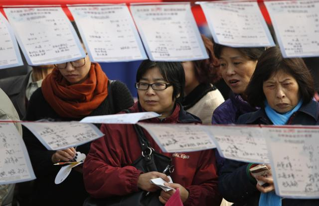 独身の娘・息子たちの代わりに、お見合いの情報をチェックする母親たち。参加者は1000以上=2012年11月、嘉興市、浙江省