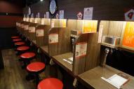 外国人にも人気のとんこつラーメン店「一蘭」は1席ずつ仕切られた「おひとりさま」仕様のカウンターが特徴だ=福岡県太宰府市