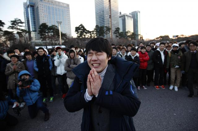 クリスマスイブの日に、ある男性がお見合い会場で自己紹介をしていた。このフラッシュモブ集団お見合いはSNS経由のもので、3000人以上の男女が参加した=2012年12月24日、ソウル・韓国