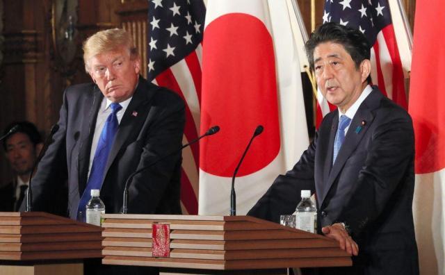 共同記者会見に臨むトランプ米大統領(左)と安倍晋三首相=2017年11月6日、東京・元赤坂の迎賓館、岩下毅撮影