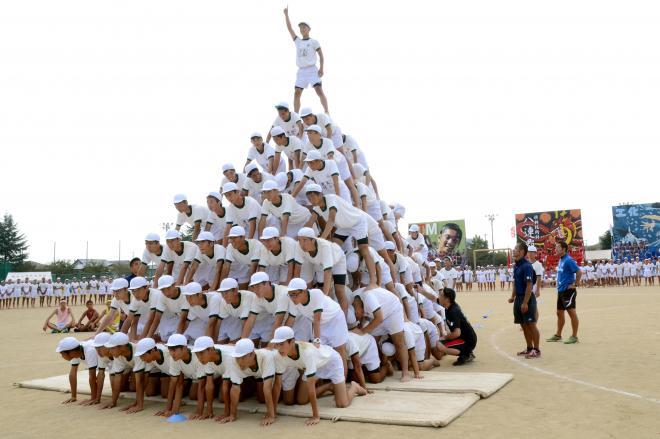 巨大な8段のピラミッド 。大きな事故につながる可能性がある組み体操の見直しの動きが広がっている