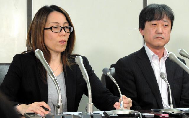 記者会見をする定松啓子さん(左)と夫の佳輝さん