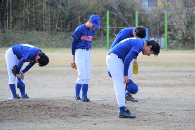 女性打者にボールを当ててしまい一斉に謝るオタ野球部