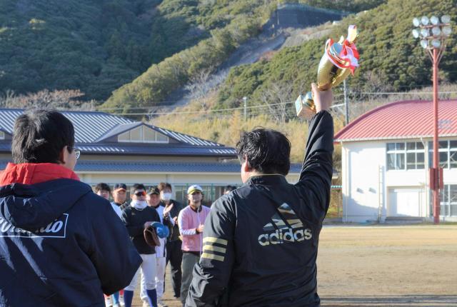 優勝した鴨川にはカップが贈呈されました