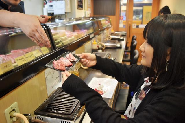 「焼き肉って、一人で食べるメリットが一番ある」と語る朝井さん=東京都豊島区西池袋の「ひとり焼肉 美そ乃」